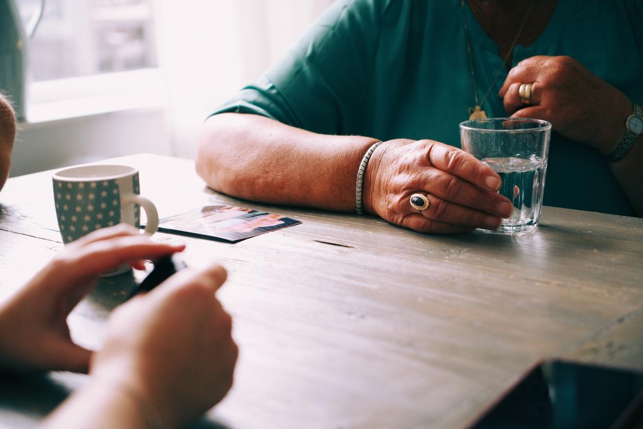 gesprek tussen ouderen en psycholoog met koffie in lokale dienstencentra